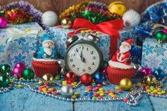 Пирожные рождества с покрашенными украшениями Сантой сделанным от mastic кондитерскаи Стоковые Изображения RF