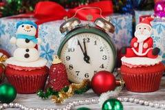 Пирожные рождества с покрашенными украшениями Стоковое фото RF