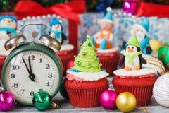 Пирожные рождества с покрашенными украшениями Стоковая Фотография