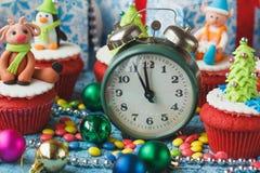 Пирожные рождества с покрашенными украшениями Стоковая Фотография RF