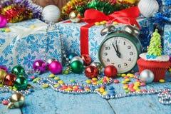 Пирожные рождества с покрашенными украшениями Стоковое Изображение RF