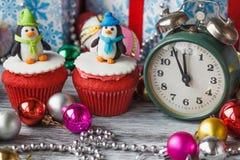 Пирожные рождества с покрашенными украшениями Стоковое Фото