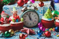 Пирожные рождества с покрашенными украшениями Стоковые Изображения