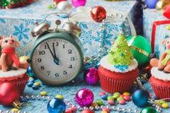 Пирожные рождества с покрашенными украшениями Стоковое Изображение