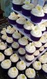 Пирожные свадьбы с украшением frangipani стоковое фото rf