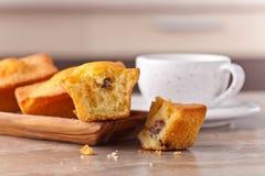 Пирожные с изюминками и кофе Стоковые Изображения