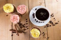 Пирожные с кофе на деревянной предпосылке Стоковые Изображения