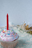 Пирожные с красной свечой на первом дне рождения маленькой девочки Стоковая Фотография