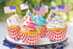 Пирожные с красно-бел-и-голубой замораживать и американские флагами стоковые фотографии rf