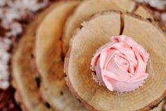 Пирожные с розовой сливк на деревянной предпосылке Стоковые Фото