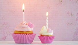 Пирожные с сердцами сливк и сахара и свечой дня рождения Стоковое Изображение RF