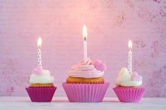 Пирожные с сердцами сливк и сахара и свечой дня рождения Стоковое Изображение