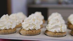 Пирожные с сливк Умаслите сливк на вкусных булочках, домашнюю концепцию хлебопекарни акции видеоматериалы