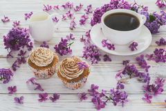 Пирожные с сливк, кофе, тетрадью и цветками Стоковая Фотография RF