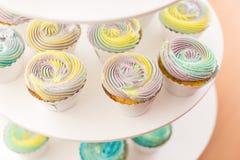 Пирожные с сливк цвета на белой поддержке Булочки с сливк Стоковая Фотография RF