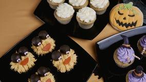 Пирожные с шляпой и ногами замороженности Очень вкусная булочка любит ведьма удерживания halloween даты принципиальной схемы кале акции видеоматериалы