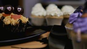 Пирожные с шляпой и ногами замороженности Очень вкусная булочка любит ведьма удерживания halloween даты принципиальной схемы кале сток-видео