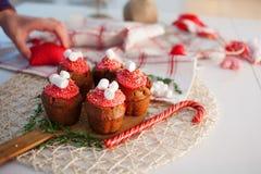 Пирожные торжества Нового Года, булочки шоколада на таблице Стоковая Фотография