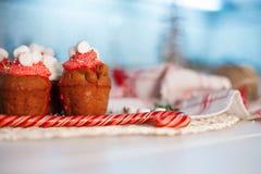 Пирожные торжества Нового Года, булочки шоколада на таблице Стоковая Фотография RF