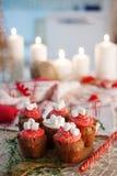 Пирожные торжества Нового Года, булочки шоколада на таблице Стоковые Фото