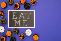 Пирожные хеллоуина и едят меня надпись Стоковое Фото