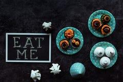 Пирожные хеллоуина и едят меня надпись Стоковые Фото