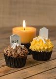 Пирожные хеллоуина и поднимающее вверх свечи близкое Стоковая Фотография RF