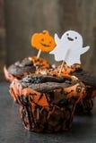 Пирожные хеллоуина на деревенской деревянной предпосылке стоковые изображения rf