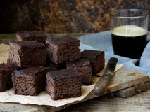 Пирожные шоколада кусков пирога на деревянной предпосылке печь домодельный скопируйте космос Стоковое фото RF
