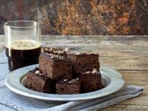 Пирожные шоколада кусков пирога на деревянной предпосылке печь домодельный скопируйте космос Стоковые Изображения RF