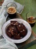 Пирожные шоколада кусков пирога на деревянной предпосылке печь домодельный скопируйте космос Стоковая Фотография