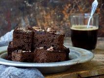 Пирожные шоколада кусков пирога на деревянной предпосылке печь домодельный скопируйте космос Стоковые Изображения