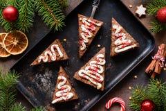 Пирожные шоколада на листе выпечки для рождества, взгляда столешницы Стоковое Фото