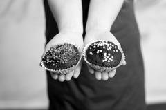 Пирожные шоколада с брызгают в руках малого младенца, ребенка Стоковые Изображения RF