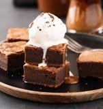 Пирожные шоколада с посоленной карамелькой, ванильным мороженым скопируйте космос Стоковое Фото