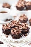 Пирожные шоколада украсили сливк сыра кофе на белой плите стоковые фото