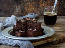 Пирожные шоколада кусков пирога на деревянной предпосылке Селективный фокус Стоковая Фотография RF