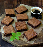 Пирожные шоколада кусков пирога на деревянной предпосылке Стоковое Изображение RF