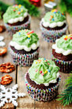 Пирожные шоколада при зеленый цвет замораживая и брызгают на празднике Стоковые Изображения RF