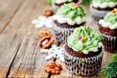 Пирожные шоколада при зеленый цвет замораживая и брызгают на празднике Стоковая Фотография