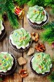 Пирожные шоколада при зеленый цвет замораживая и брызгают на празднике Стоковые Фото