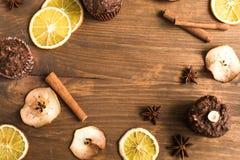 Пирожные шоколада с апельсином и чаем Стоковое Изображение RF