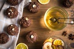 Пирожные шоколада с апельсином и чаем Стоковая Фотография RF