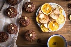 Пирожные шоколада с апельсином и чаем Стоковое фото RF