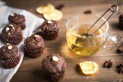 Пирожные шоколада с апельсином и чаем Стоковое Изображение
