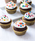 Пирожные шоколада с белой замороженностью Стоковое фото RF