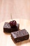 Пирожные шоколада торта на деревянной предпосылке Стоковая Фотография