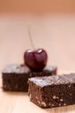 Пирожные шоколада торта на деревянной предпосылке Стоковая Фотография RF