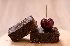 Пирожные шоколада торта на деревянной предпосылке Стоковое Изображение RF