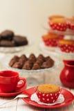 Пирожные, шоколады и кофе с молоком Стоковое Фото